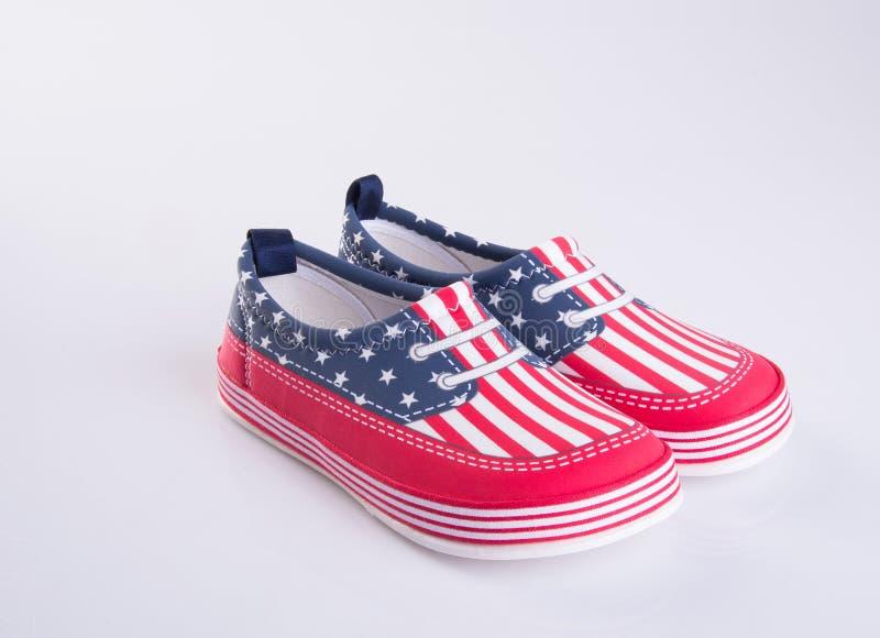 chaussure ou belles chaussures de petite fille sur un fond photos stock