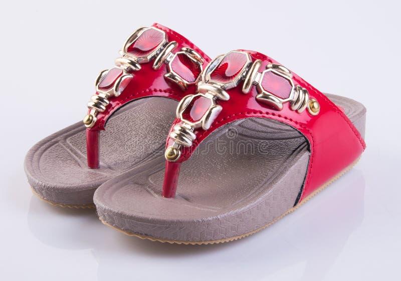 chaussure ou belles chaussures de petite fille sur un fond photo libre de droits
