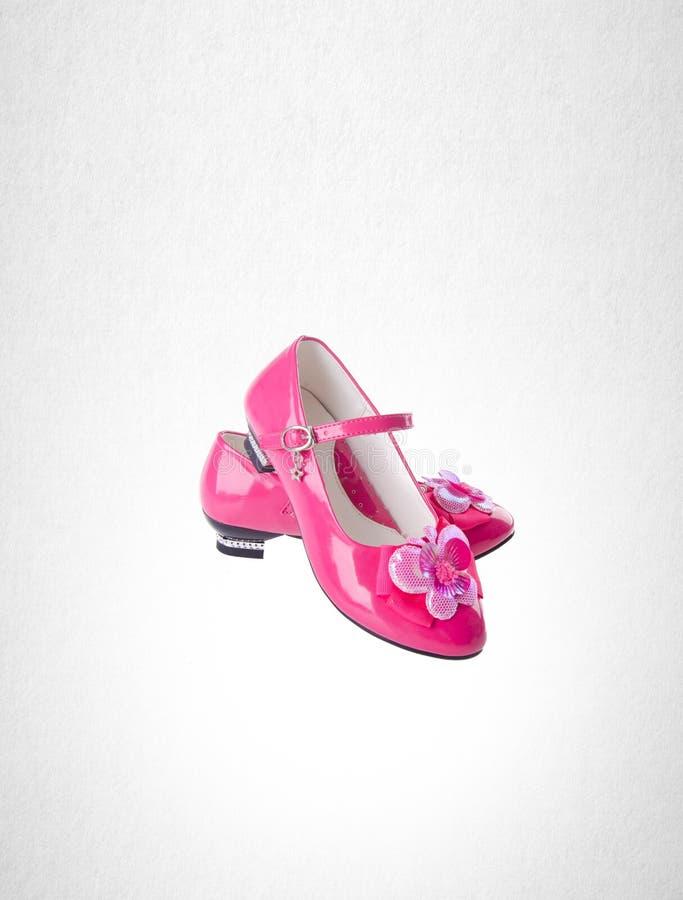 chaussure ou chaussures roses de petite fille de couleur sur un fond photographie stock