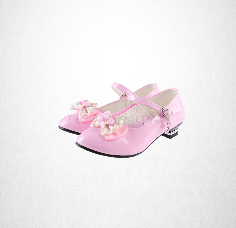 chaussure ou chaussures roses de petite fille de couleur sur un fond photo libre de droits