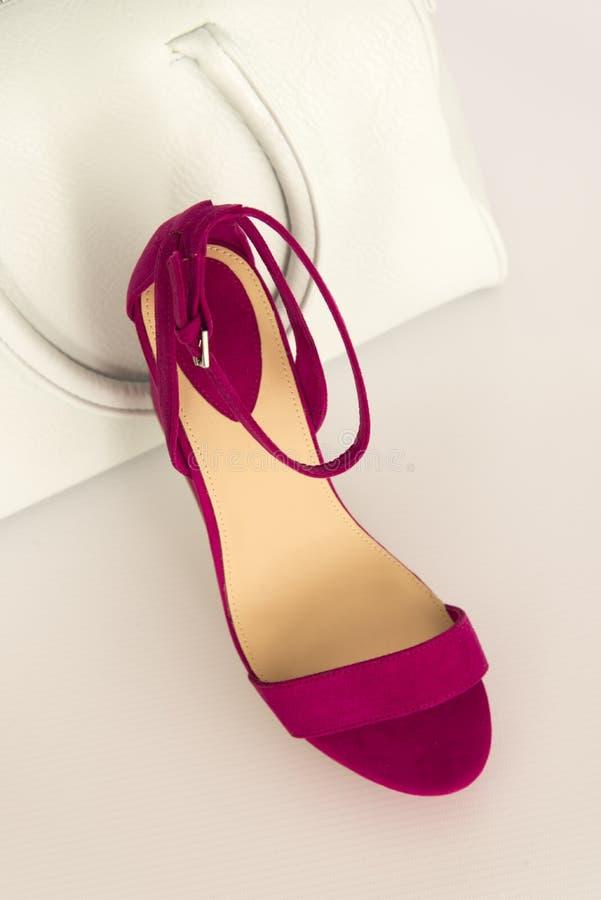 Chaussure rose avec le sac blanc photos stock