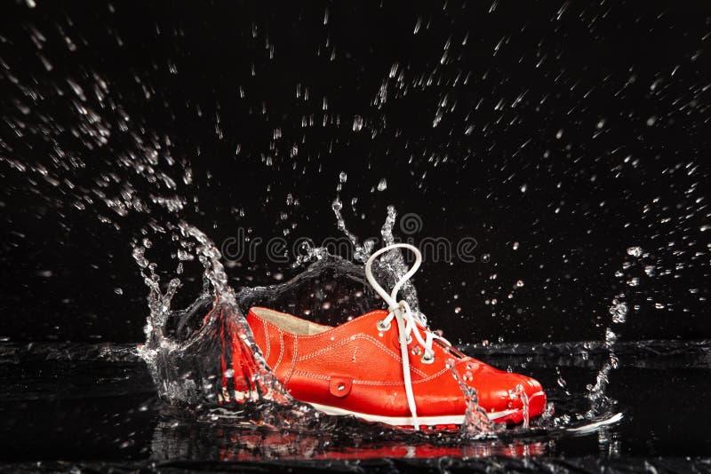 Chaussure rouge dans l'eau photos libres de droits