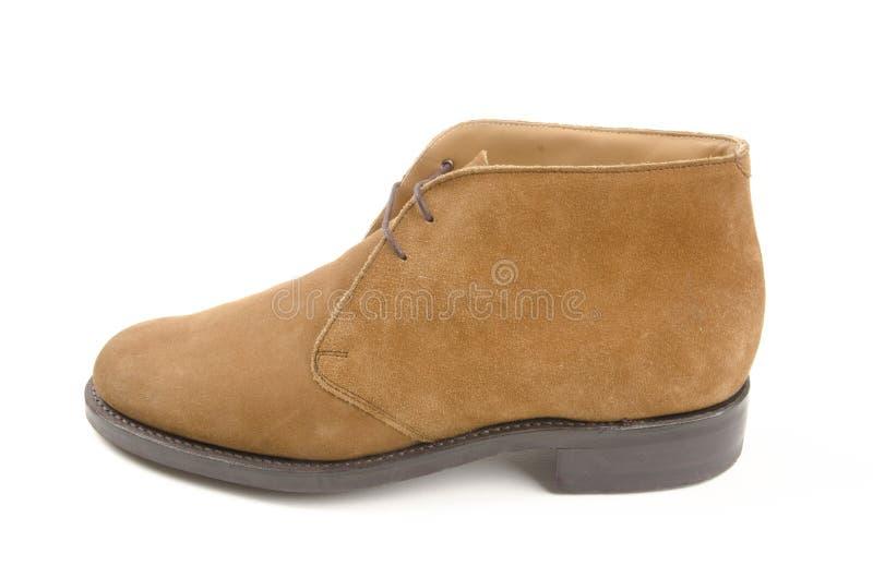 Chaussure simple de suède d'hommes sur le fond blanc photos stock