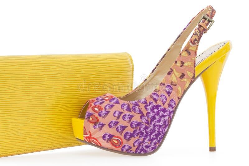 Chaussure stylet de femmes jaunes avec le sac assorti image libre de droits