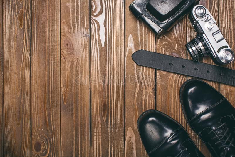 Chaussures élégantes, ceinture et un appareil-photo - photographie photographie stock libre de droits