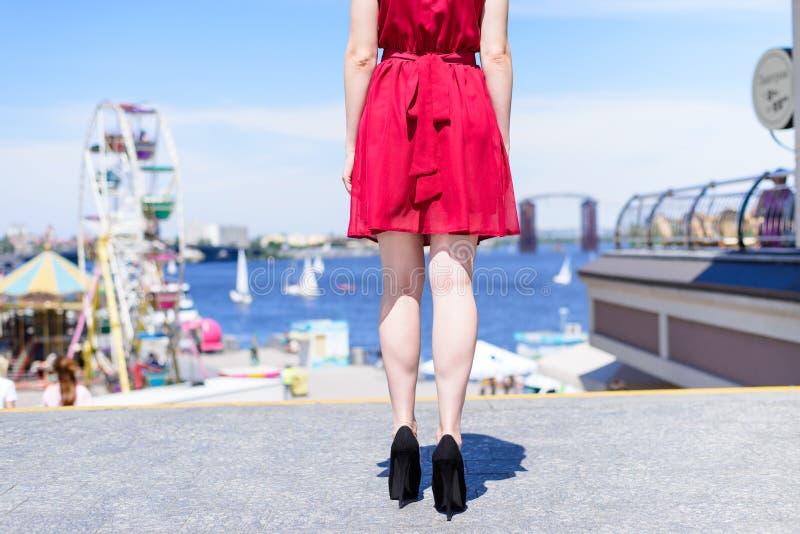 Chaussures élégantes Co de suède de cuir d'obtention du diplôme de mode de vie de pause de personnes image libre de droits