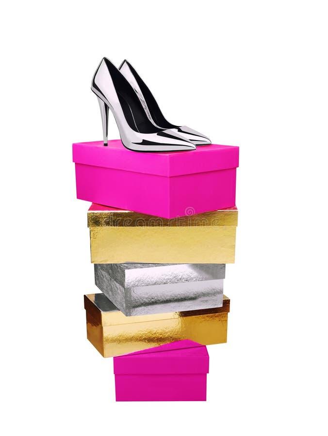 Chaussures argentées de femme sur les boîtes empilées d'isolement photo stock