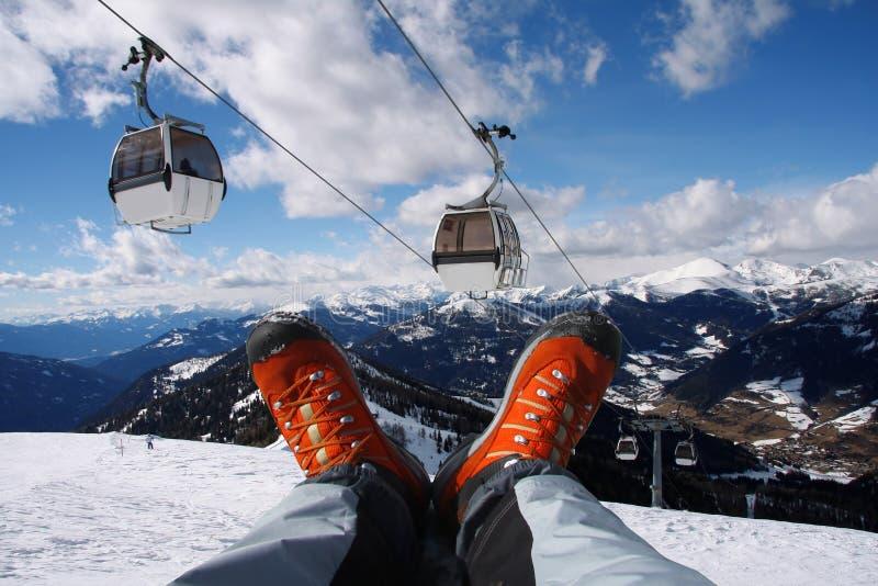 Chaussures avec le levage de câble dans les Alpes photo stock