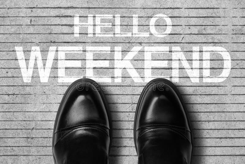 Chaussures avec le week-end des textes bonjour photographie stock libre de droits