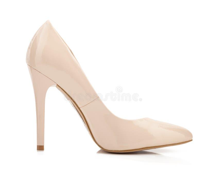 Chaussures beiges de talon haut d'isolement sur le blanc photographie stock