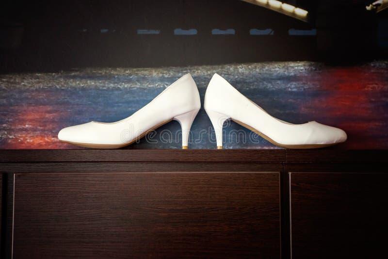Chaussures blanches de demoiselle d'honneur images libres de droits
