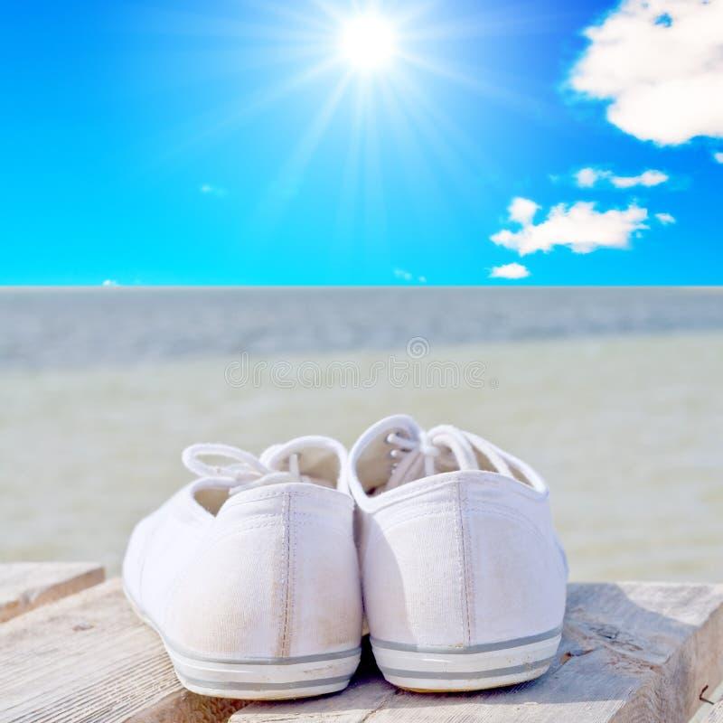 Chaussures blanches de golf sur un paquet en bois photographie stock