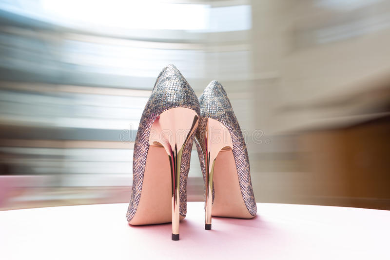 Chaussures blanches de mariage photographie stock