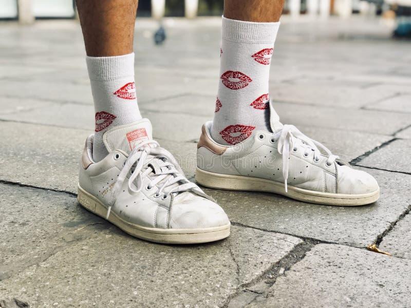 Chaussures blanches de port masculines et chaussettes blanches avec les copies rouges de baiser là-dessus image libre de droits