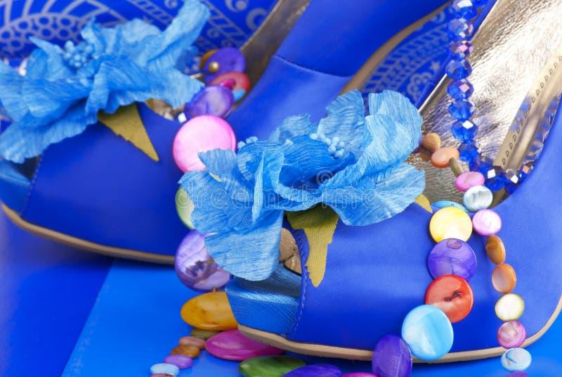 Chaussures bleues avec le collier images libres de droits