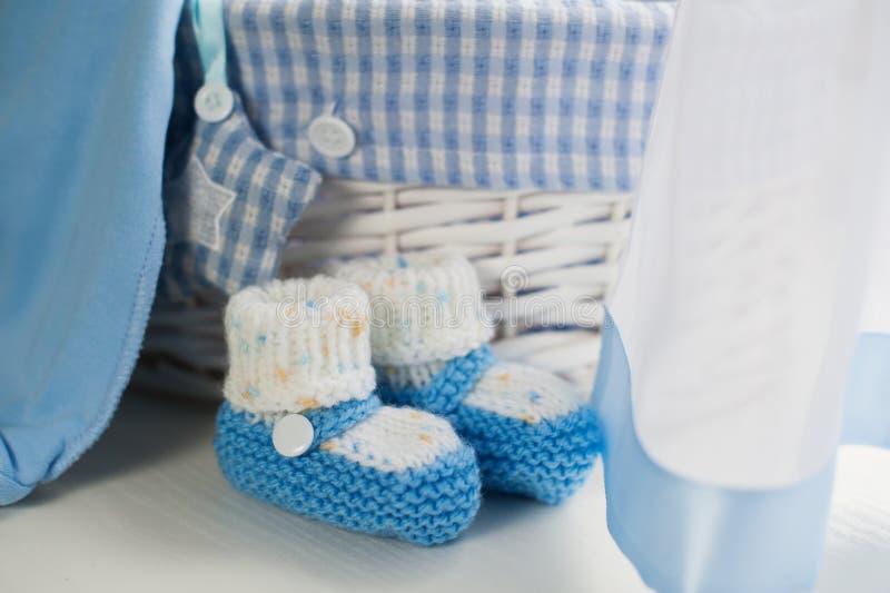 Chaussures bleues de bébé garçon chez la pièce des enfants photographie stock