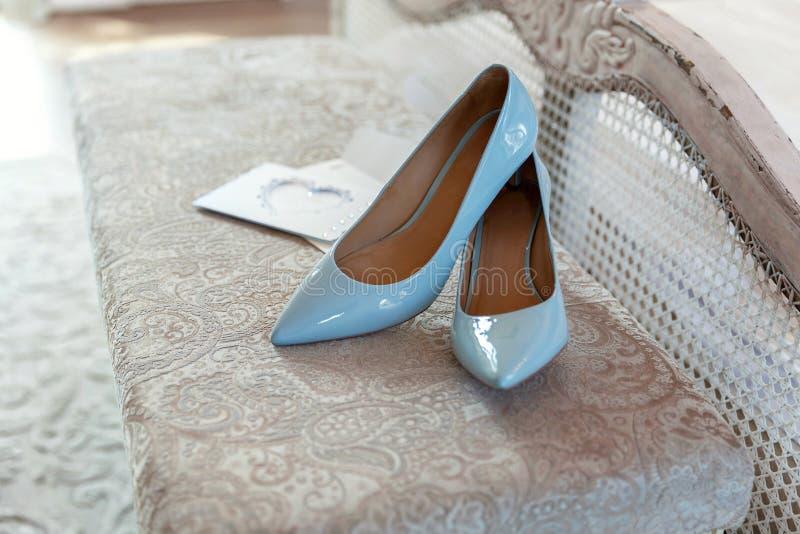Chaussures bleues de demoiselle d'honneur photos libres de droits
