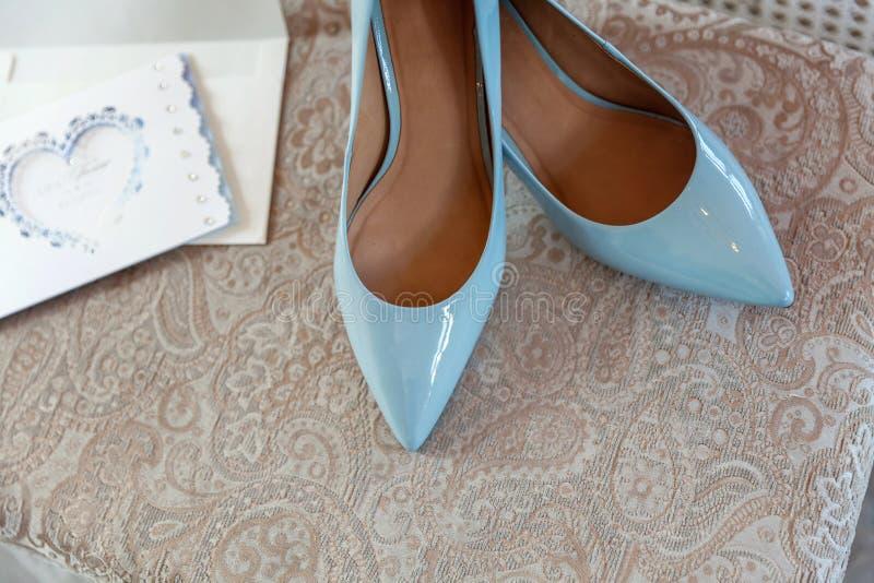 Chaussures bleues de demoiselle d'honneur photographie stock