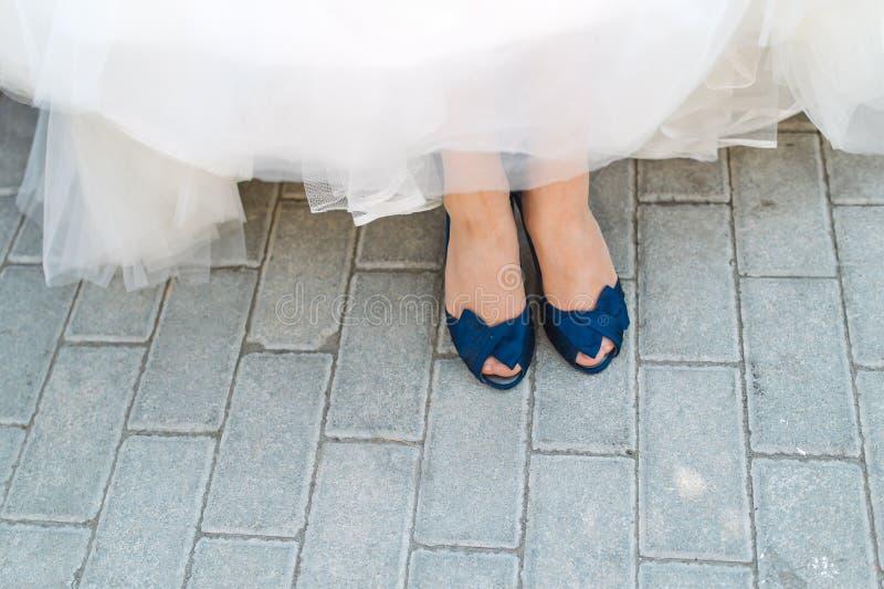 Chaussures bleues de jeunes mariées images stock