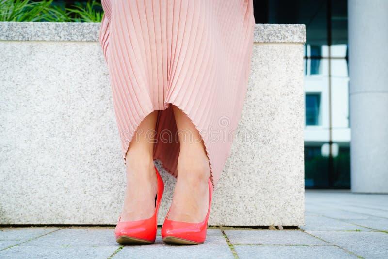 Chaussures classiques de talon haut rouge extérieures photos stock