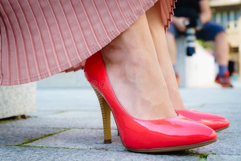 Chaussures classiques de talon haut rouge ext?rieures images libres de droits