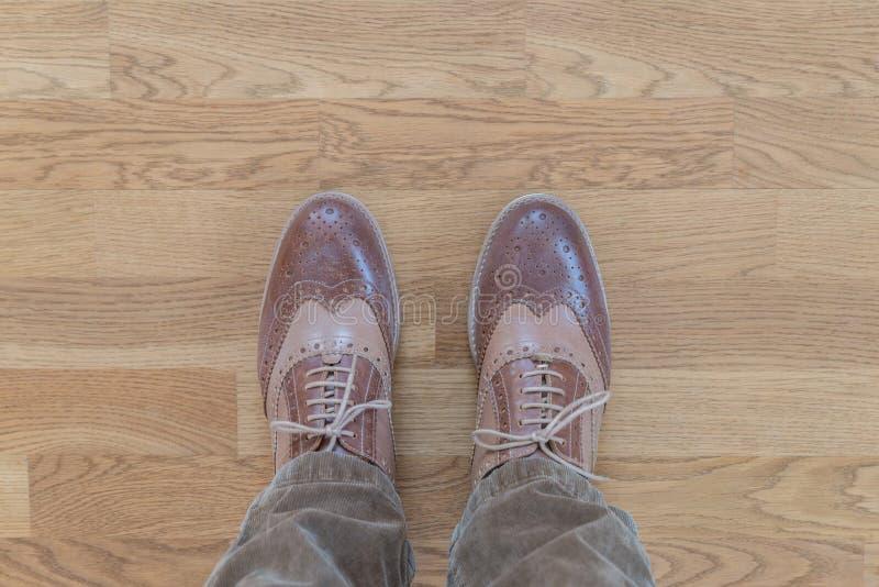 Chaussures d'affaires sur un plancher en bois photographie stock libre de droits