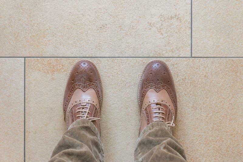 Chaussures d'affaires sur un plancher en pierre images stock