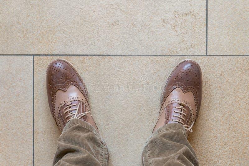 Chaussures d'affaires sur un plancher en pierre photo stock