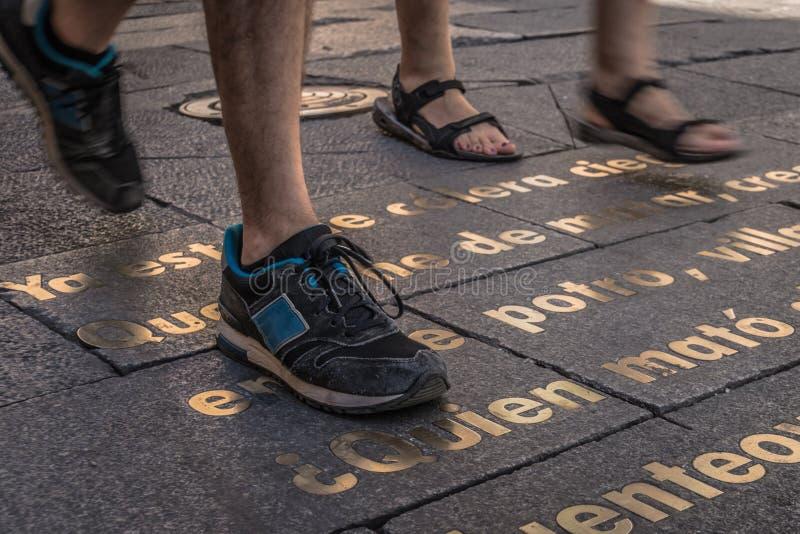 Chaussures d'homme et de femme sur un texte image stock