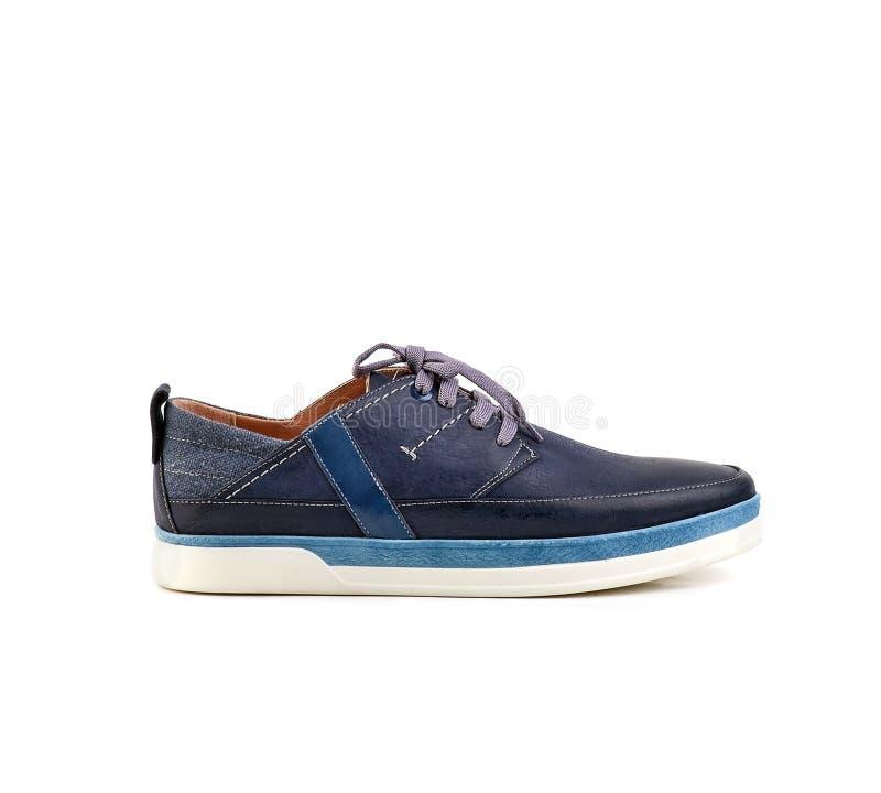 Chaussures d'hommes en cuir bleu avec lacet sur fond blanc, isoler photo stock