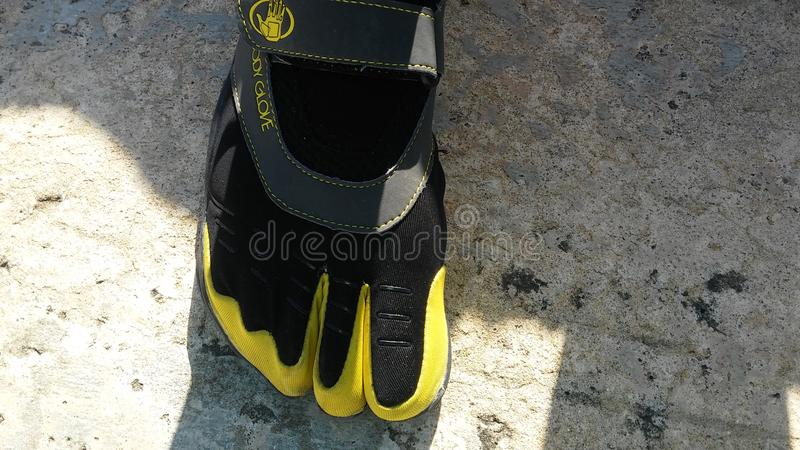 Chaussures d'orteil par le gant de corps photo stock