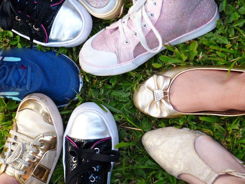 Chaussures d'un groupe de filles de ci-dessus en jouant un jeu photographie stock