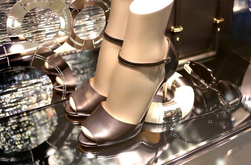 Chaussures dans la fenêtre de boutique. photographie stock