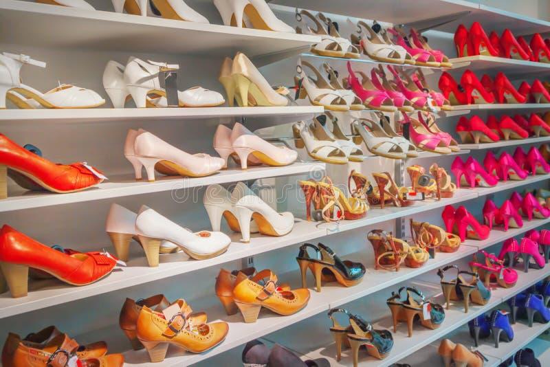 Chaussures dans le magasin photos libres de droits