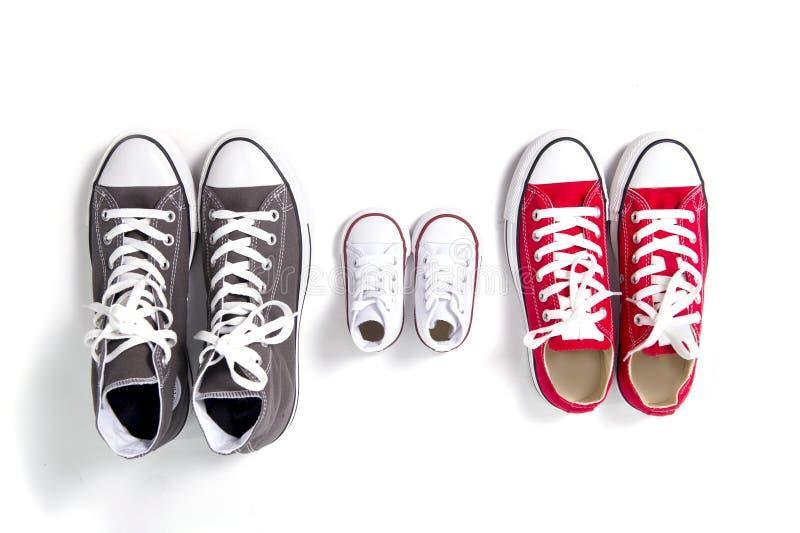 Chaussures dans le père grand, le milieu de mère et le fils ou la petite taille d'enfant de fille dans le concept d'amour de fami images libres de droits