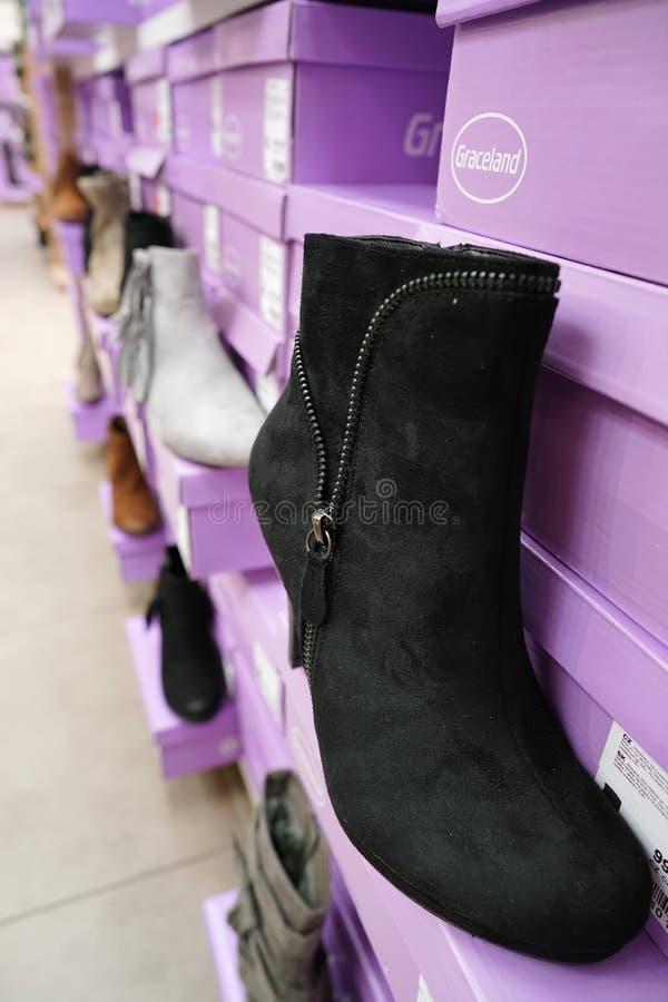 Chaussures dans une boutique de chaussure de Deichmann photo stock