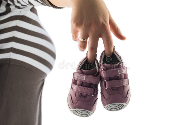 Chaussures de bébé bleu d'isolement sur le fond blanc image libre de droits