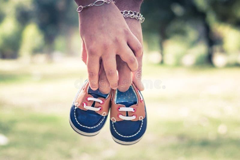 Chaussures de bébé et mains de pomme de terre photos libres de droits