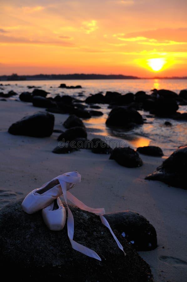 Chaussures de ballet au coucher du soleil image stock