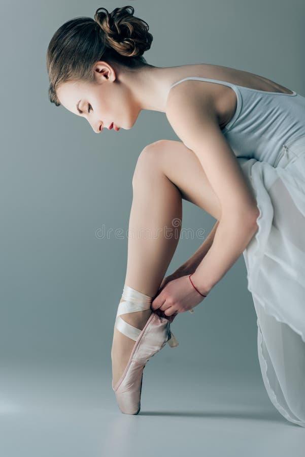 chaussures de ballet de port de beau danseur sur des pieds images libres de droits