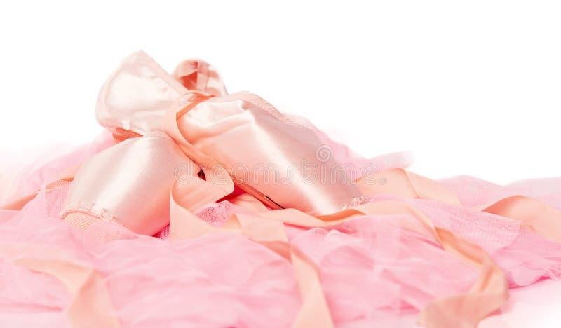 Chaussures de ballet sur un tissu rose d'isolement photographie stock libre de droits