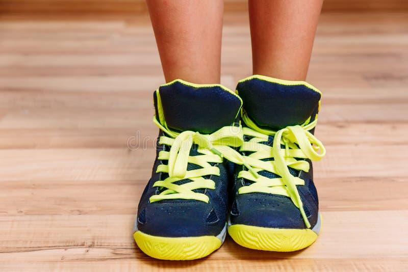 Chaussures de basket-ball avec dentelles vert clair image stock
