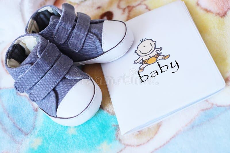 Chaussures de bleu de chéri et carte d'identité enceinte images stock
