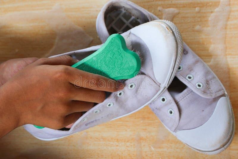 Chaussures de brossage avec la main photo libre de droits