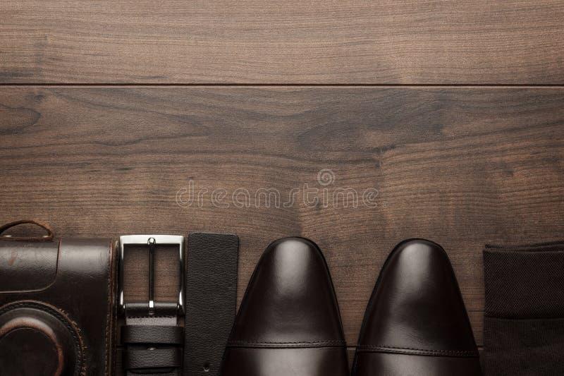 Chaussures de Brown, ceinture, chaussettes et appareil-photo de film photos libres de droits