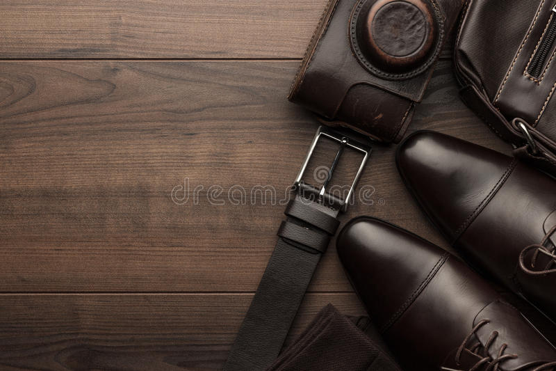 Chaussures de Brown, ceinture, chaussettes et appareil-photo de film photo stock