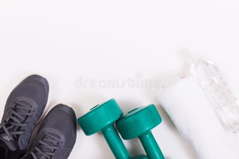 Chaussures de course avec des accessoires de forme physique image stock