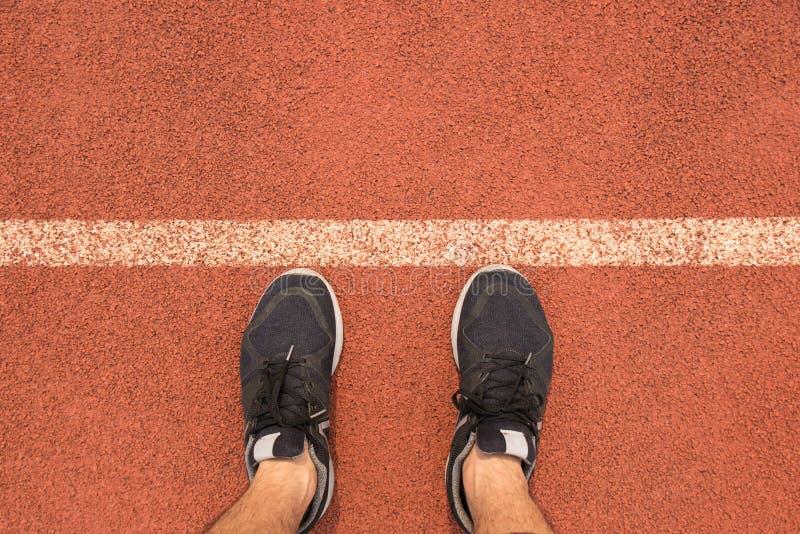 Chaussures de course d'usage d'homme de vue supérieure sur la ligne de départ image stock