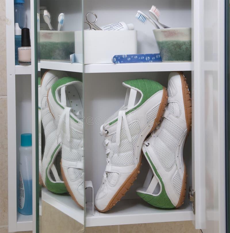 Chaussures de course dans le module de médecine photographie stock