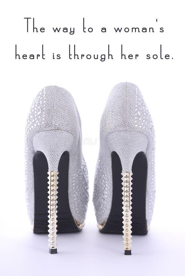 Chaussures de fausse pierre de talon haut avec le texte drôle d'énonciation photo libre de droits
